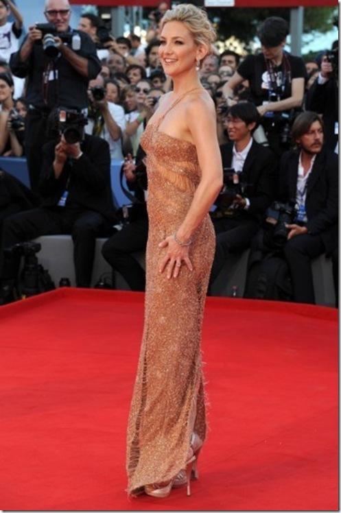 2f59e9a1f2d6 Laetitia Casta in un sensuale abito pizzo nero firmato Dolce   Gabbana.  VF3. Kate Hudson ha indossato un abito Atelier Versace effetto nude look