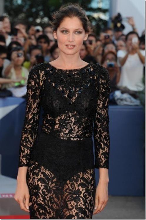 d5d69bee092b Laetitia Casta in un sensuale abito pizzo nero firmato Dolce   Gabbana